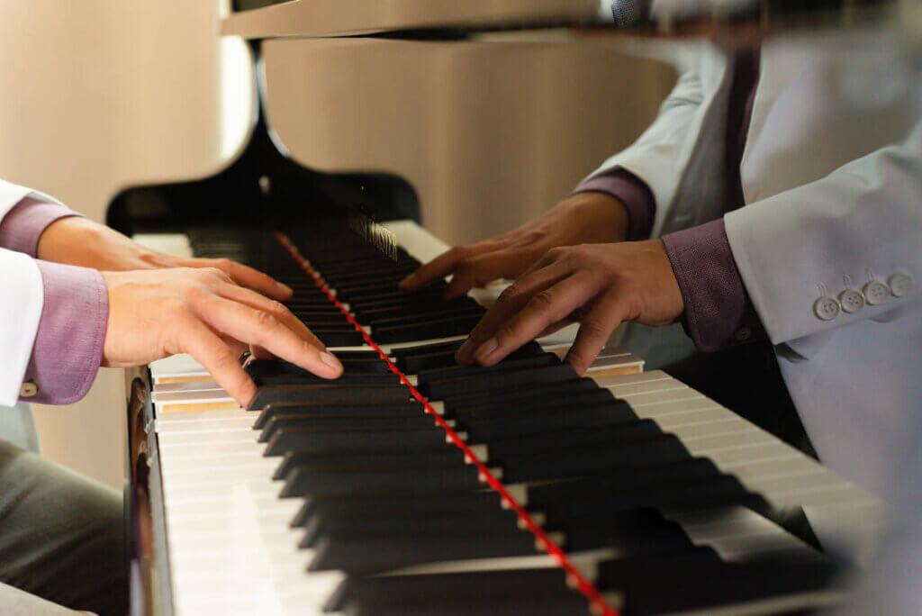 Die Hände von VAN SAALBACH am Klavier